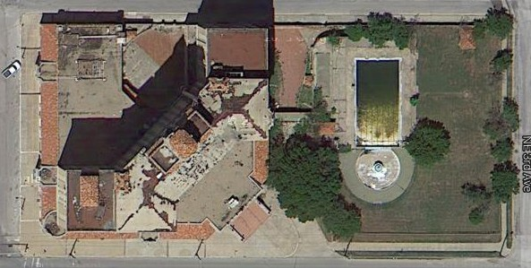 An overhead shot from Google. That pool is skuzzy.